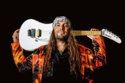 el amir posa con una guitarra kramer blanca