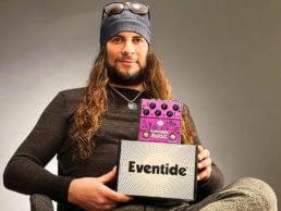 el amir muestra su pedal de guitarra rose  de eventide