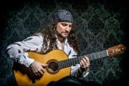 el amir interpretando guitarra flamenca para su album andalucia
