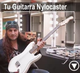 el amir con su guitarra nylocaster